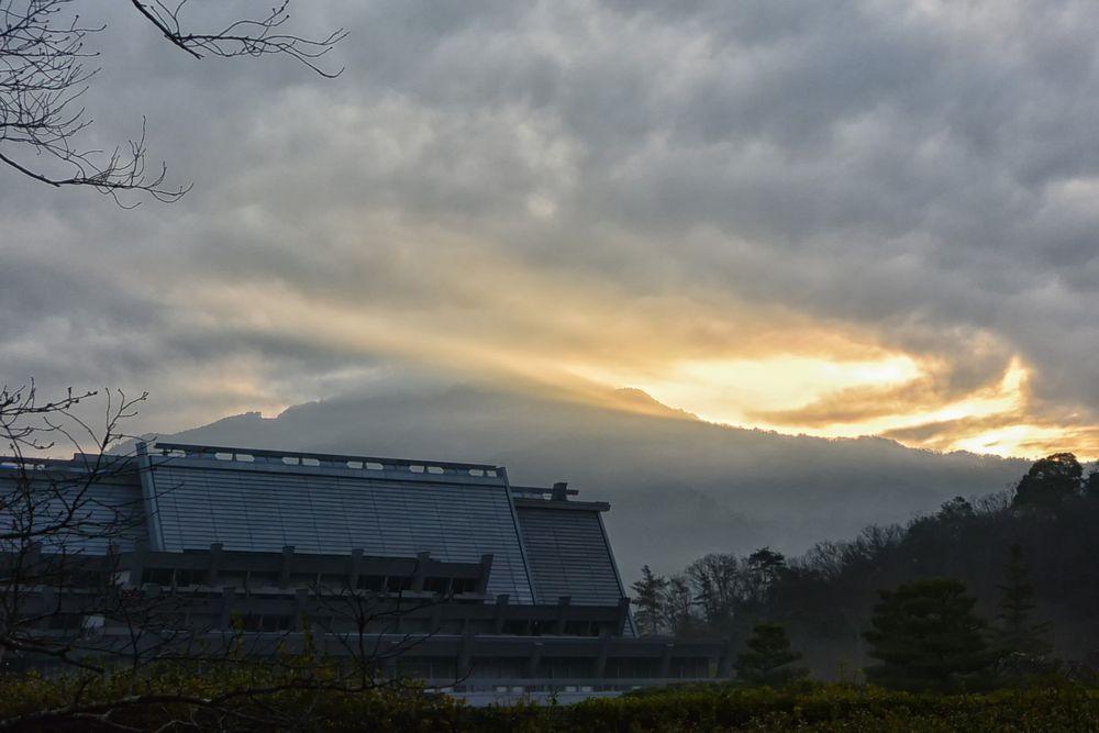 雲間から陽がさしてきた(3月17日、午前6時41分)