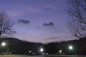 夜明け前の空は薄紫