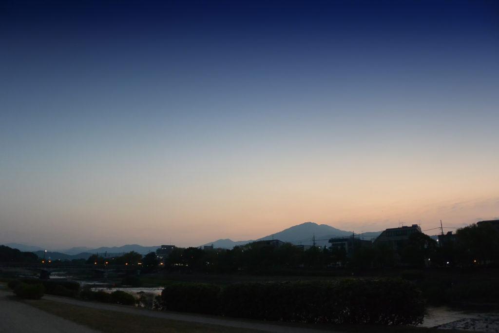 夜明けの空(鴨川右岸から比叡山をのぞむ)