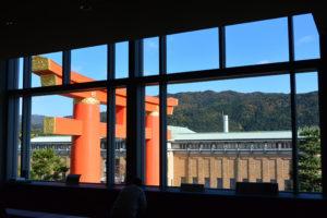 京都国立近代美術館、四階東側の窓