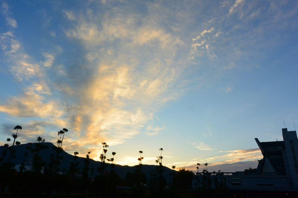 雲は朝日を受けて輝きだした(2015.11.01 06:32)