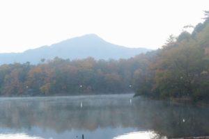 靄にかすむ池と比叡山(2016.12.03 06:56)