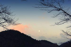 月と朝焼け(2017.01.14 07:12)